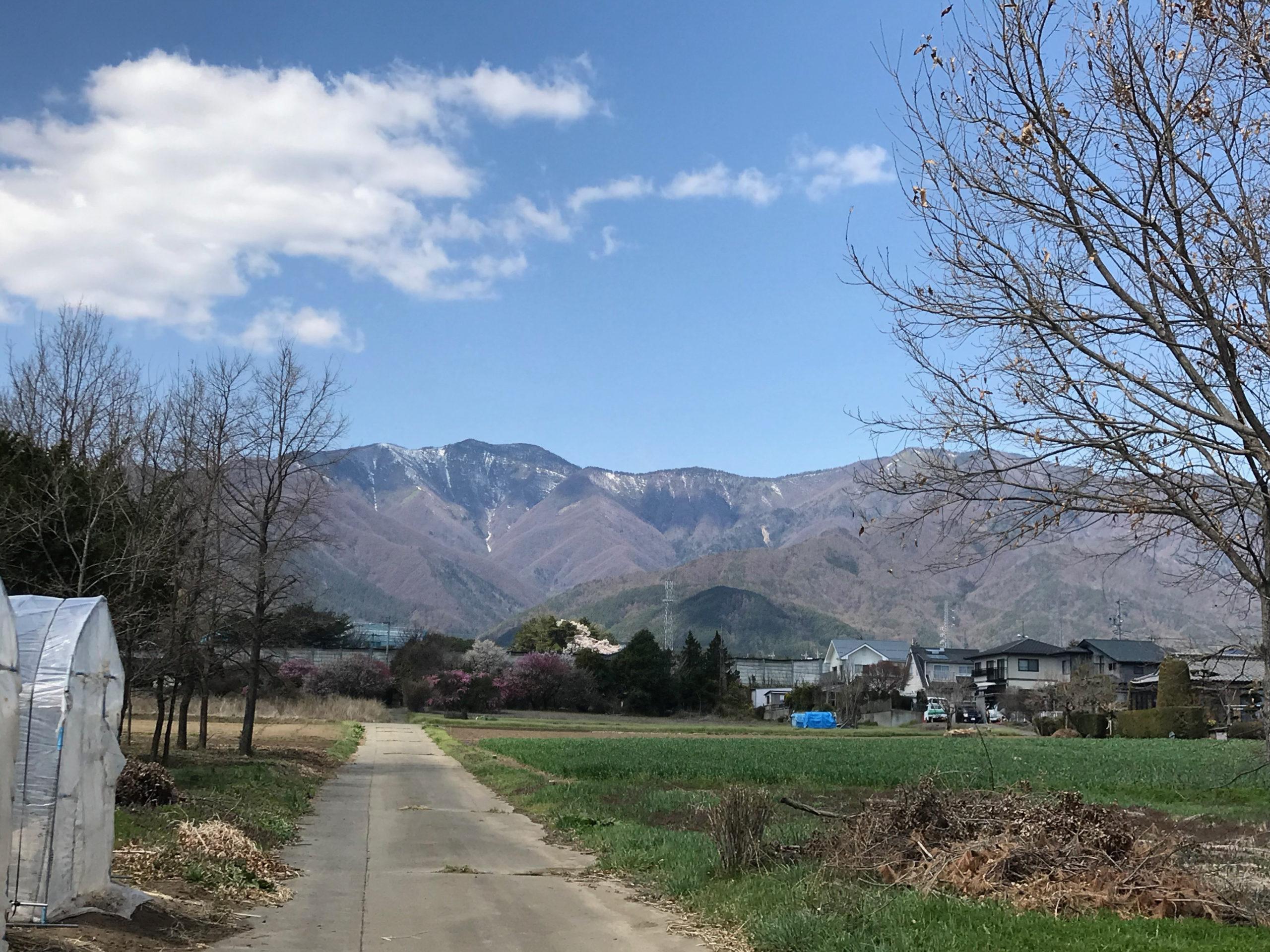 山と山の間の小さな村の話です